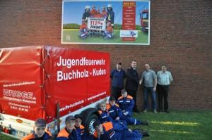 Jörg Ohls, stellv. Wehrführer aus Buchholz, dankt, im Beisein von Kudens Bürgermeister Dieter Gäthje und Jugendwart Christian Kovacs, Herrn Wrigge für die Unterstützung.